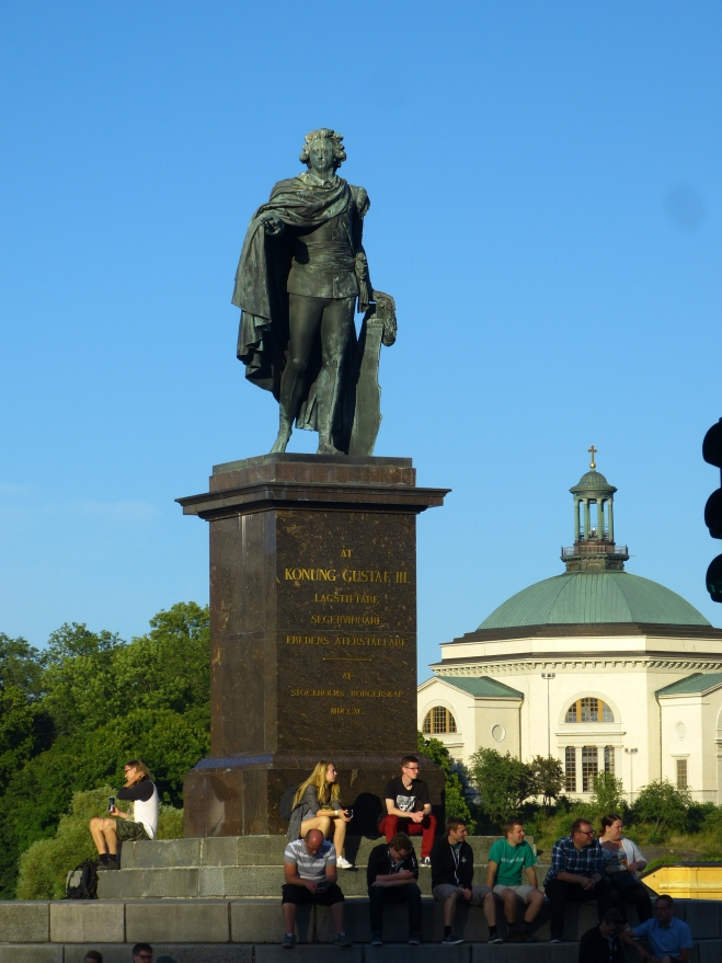 The King overlooks the harbor